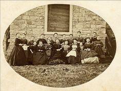 Schülerinnen der Nähschule der Frau Kreiter in Gelnhausen mit ihrer Lehrerin, um 1890