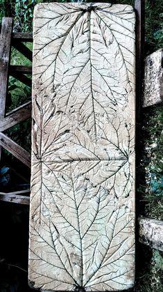 Po umytí je betónový panel pripravený na osadenie pod schody. Na pár miestach mi cement zatiekol pod list, ale mne to nevadí.
