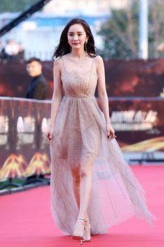 Celebrity List, Celebrity Style, Desk For Girls Room, Chinese Actress, Celebs, Celebrities, Asian Beauty, Korean Fashion, Fashion Dresses