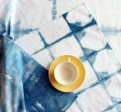 Shibori diy: teindre un motif en damier sur une nappe de table