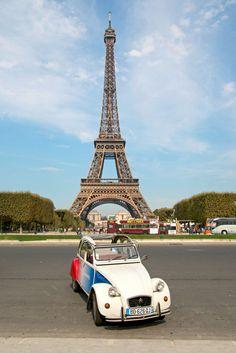 Frankreich: Eiffelturm (Tour Eiffel) mit 2CV Ente / Paris – die Stadt der Liebe und der tausend Lichter. Reisebuchautorin, Parisbloggerin und Stadtführerin Denise wohnt seit einigen Jahren in einer der meistbesuchten Städte der Welt. Im Artikel teilt sie ihre Insidertipps mit euch: alles, was ihr für den Parisbesuch wissen müsst, z. B. zu Sehenswürdigkeiten, den romantischsten Orten für Verliebte, dem Essen, den besten Plätzen zum Weggehen und dem Pariser Stadtstrand.