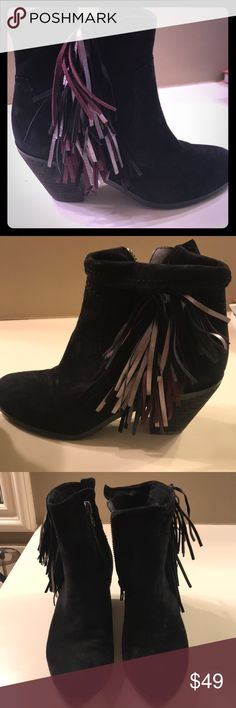 Booties Get your fringe on! Super comfy black suede bootie with fringe for an added touch! Suede Booties, Bootie Boots, Ankle Boots, Edelman Shoes, Fashion Tips, Fashion Design, Fashion Trends, Black Suede, Comfy