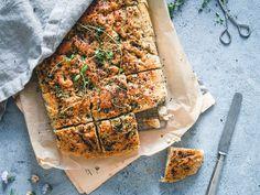 Itämainen focaccia. Vegaani. Spanakopita, Quiche, Banana Bread, Baking, Breakfast, Ethnic Recipes, Desserts, Food, Eat