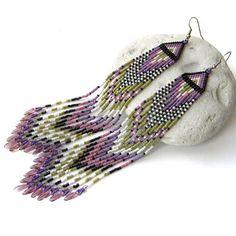 Pendientes largos de perlas en tonos de lila