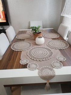 Crochet Mat, Crochet Table Runner, Crochet World, Filet Crochet, Crochet Doilies, Craft Stick Crafts, Diy And Crafts, Napkins Set, Table Runners