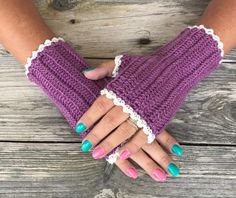 It's going to colder and darker seasons, and then it's nice to wear a pair of crocheted wrist warmers. The yarn i have crochet with is Moshi from svarta fåret, to one pair wrist warmers…