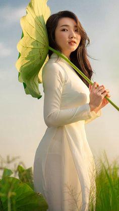 Vietnamese Traditional Dress, Traditional Dresses, Ao Dai Vietnam, Beautiful World, Long Hair Styles, Sexy, Beauty, Oriental, Women's Fashion