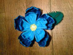 flower made from plastic bottle Flower Making, Plastic Bottles, Artwork, Flowers, Photos, Inspiration, Pet Plastic Bottles, Biblical Inspiration, Plastic Water Bottles