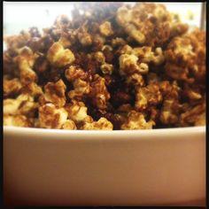 Lá em Casa - Pipoca caramelada com amendoím e coco - Pipoquinha do demo | http://comalaemcasa.com.br/2014/03/pipoquinha-do-demo/