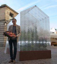 Le designer britannique Sebastian Bergne est l'auteur de cette drôle de serre végétale comportant des Lego en guise de terre