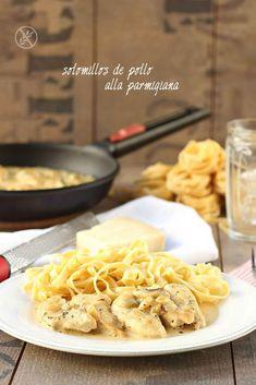 Hoy compartimos una receta muy fácil y rápida. Sabrosa y que puedes acompañar con un poquito de pasta o ensalada: solomillos de pollo alla parmigiana. Pasta, Macaroni And Cheese, Meat, Ethnic Recipes, Wave, Good Food, Cooking, Chicken, Salads