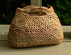 Recycled plastic grocery bags crocheted into a great purse by Another knitting blog. Featured @totgreencrafts