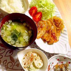 フツーな夕飯 生姜焼き ワカメとネギの味噌汁 レンコン&キュウリ胡麻和え ししゃも  ワカメとネギの味噌汁が1番好きー♡ - 92件のもぐもぐ - 生姜焼き〜 by misawa