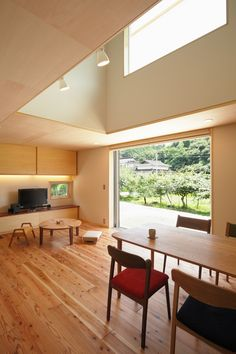 緑でいっぱいの田園風景の中に建つお家。 西洋漆喰の外壁と無垢の床は、ご夫婦のこだわりです。 リビングダイニングには、吹き抜けと大きな開口を設けました。大きな窓はそのままウッドデッキに繋がり、内と外をつなげるアウトドアリビングの役割を果たします。 家の各所に収納スペースを設けることで、新たな家具を置く必要が無く、限られた空間を広く使うことができます。 Japan Interior, Wooden Decks, House Built, Large Windows, Interior Styling, Storage Spaces, Dining Bench, Outdoor Living, House Design