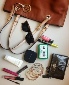 contents of a great handbag What In My Bag, What's In Your Bag, Inside My Bag, What's In My Purse, Bag Organization, Organizing, Girls Bags, Fashion Bags, Fashion Outfits