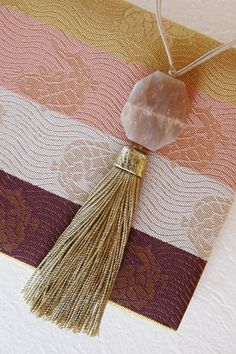 A pink(ish) tassel for Kimono. Oriental Fashion, Oriental Style, Pink Bedrooms, Japanese Kimono, Diy Earrings, Pebble Art, Handicraft, Tassel Necklace, Jewerly