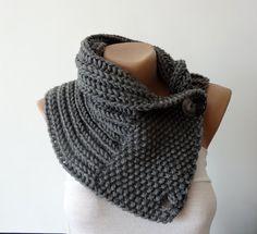 Écharpe en tricot court / cache-cou pour garder votre cou au chaud dans les jours froids! Il est tricoté à la main avec le doux mélange de laine en couleur gris anthracite et dispose de deux boutons pour la fermeture.  FABRIQUÉ SUR COMMANDE ! SOINS: Main plat laver et sèche.  CHOISISSEZ VOTRE COULEUR !  Mesures : Longueur du foulard: environ 23(59 cm) Foulard en largeur: environ 10 po (26 cm) Couleur: charcoal #182  S'il vous PLAÎT NOTE: Vous recevrez un article réalisé à l'aide de…