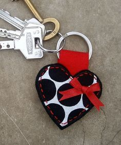 heart keying, could be made of felt Felt Keyring, Diy Keychain, Keychains, Fabric Crafts, Sewing Crafts, Sewing Projects, Diy Crafts, Creation Couture, Felt Hearts