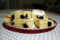 Veľmi jednoduchý šťavnatý koláč, v ktorom sa snúbi chuť tvarohu a slivkového lekváru. Čo viac si priať k nedeľným raňajkám? Snáď už len hrnček voňavého kakaa. Jeden hrnček má obsah 250 ml. Jeden tvaroh váži 250 g. Mlieko treba dať vlažné, vajíčka celé. Ak