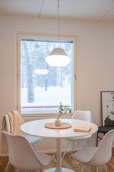 Simple scandinavian kitchen. Scandinavian design hanging lamp Poiju by Matti Syrjälä. Scandinavian Table Lamps, Scandinavian Interiors, Scandinavian Kitchen, Kitchen Lamps, Low Tables, Lighting Design, Floor Lamp, Dining Table, Ceiling Lights
