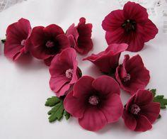 Jälleen uusi vanha ohje   Aito kukka on mallina ylimpänä oikealla.      Sokerimassan värjäsin Wiltonin väreillä (Rose, Burgundy ja musta). K...
