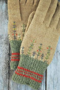 Estonian folklore inspired woolen gloves with floral embroidery. Beige and olive green gloves. - Knitting New Knit Mittens, Knitted Gloves, Wool Gloves, Folk Embroidery, Floral Embroidery, Embroidery Ideas, Hand Knitting, Knitting Patterns, Wrist Warmers