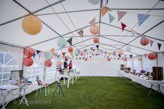 fanions sous tente de réception Wedding Colors, Wedding Ideas, Travel Essentials, Decoration, Communion, Dolores Park, Photo Wall, Tropical, Mademoiselle