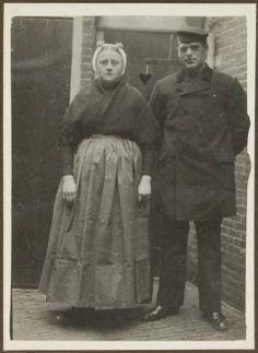 Gerrit de Jager met zuster te Scheveningen. De zus draagt Scheveningse klederdracht. ca 1915 #ZuidHolland #Scheveningen