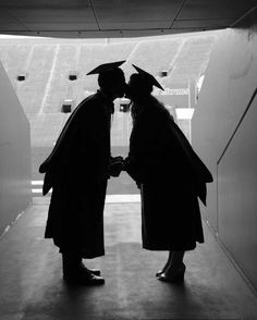 University of Florida. Photo by Fiorela Isabel Simler Couple Graduation Pictures, Graduation Picture Poses, Graduation Portraits, Graduation Photography, Graduation Photoshoot, Grad Pics, Couple Senior Pictures, Grad Pictures, University Of Florida