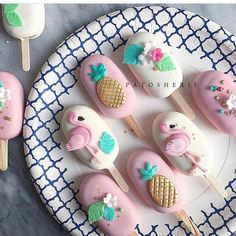 These are basically cake pops (cakesicles) But I like the decorations. Would put it on cookies. Because cake pops are gross. Flamingo Cake, Flamingo Birthday, Flamingo Party, Cakepops, Cake Cookies, Cupcake Cakes, Paletas Chocolate, Cake Chocolate, Magnum Paleta