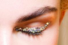 Brilla en cada mirada. Maquillaje Glitter para las fiestas navideñas. Aprende cómo con KENA. Busca la edición de diciembre. Foto de IStock.