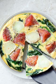 Frittata with spinach, tomatoes and cheese (goat or mozzarella), seasoned with garlic and oregano.