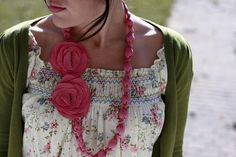 Bonito collar hecho con tela y cuentas
