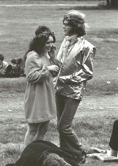 woodstock couple love & woodstock couple + woodstock couple costume + woodstock couple photography + woodstock couple love + woodstock 1969 couples + hippie couple woodstock + couples at woodstock + snoopy and woodstock costume couple 1969 Woodstock, Festival Woodstock, Woodstock Hippies, Woodstock Music, Woodstock Concert, Hippie Style, Hippie Love, 1970s Hippie, Happy Hippie