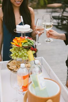 Social in Style– Roxy hosts a casual dinner party al fresco... Easy entertaining tips for effortless style!