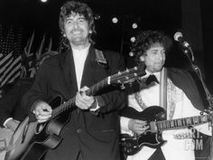 size: Premium Photographic Print: Musicians George Harrison and Bob Dylan Performing at Rock and Roll Hall of Fame by David Mcgough : Entertainment Rock And Roll, Pop Rock, George Harrison, Bob Dylan, Led Zeppelin, Flamenco Guitar Lessons, Travelling Wilburys, Guitar Tips, Eric Clapton