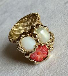 Anello saldato a mano, realizzato con perla bianca, strass Swarovski e corallo rosso. Metallo nichel free