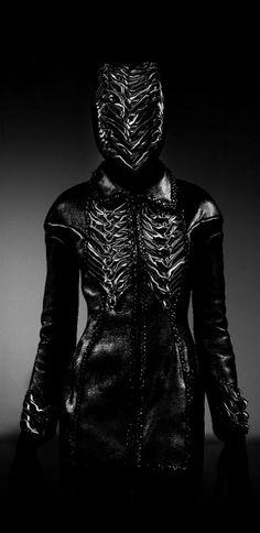 Iris Van Herpen Perfect for a S & M room. Dark Fashion, Fashion Art, Fashion Design, Cyberpunk, Mode Sombre, Creepy, Post Apocalyptic Fashion, Gothic, Iris Van Herpen