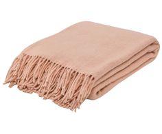 Machen Sie es sich gemütlich! Wollplaid MIA ist aus 100% norwegischer Wolle gefertigt und hüllt Sie wohlig wärmend ein. Das apricotfarbene Plaid ist der ideale Kuschelbegleiter für entspannte Abende, egal ob auf Couch, Terrasse oder im Bett. Holen Sie sich das antiallergene Wollplaid MIA nach Hause.