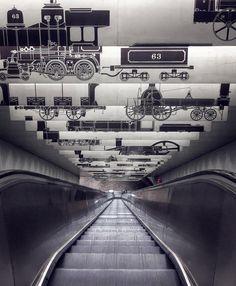 As escadas rolantes sem fim na Estação da Praça Porter de MBTA (Estação de Metrô, Terminal de Ônibus e Estação Ferroviária) em Cambrige, estado de Massachusetts, USA. São 117 degraus e 43,5 m de extensão.  Fotografia: twentysomething.mp no Instagram.