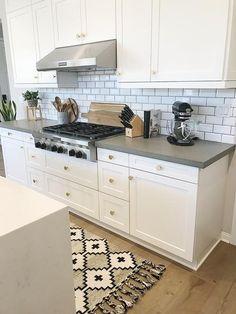 Small Kitchen Design Ideas for Different Types of Kitchen - Des Home Design Kitchen Decor, New Kitchen, Kitchen Space, Kitchen Cabinets, Small Kitchen, Kitchen Design Small, Kitchen Room, Kitchen Renovation, White Kitchen Countertops