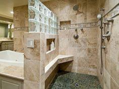 briques de verre, une partie du mur en carreaux de verre, salle de bains classique