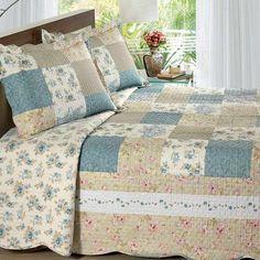 Que tal essa colcha de retalhos da Buettner? Ela é romântica e neutra, combinando com todos os estilos de decoração do seu quarto ;)