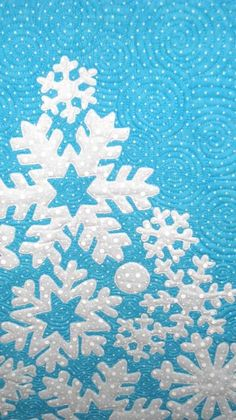 snowflake quilt - with round quilting Quilting Projects, Quilting Designs, Sewing Projects, Snowflake Quilt, Paper Snowflakes, Christmas Applique, Christmas Quilting, Snowman Quilt, Hawaiian Quilts