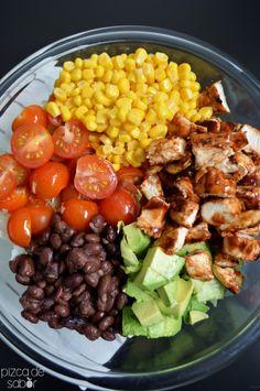 Ensalada con pollo BBQ, elote, frijoles negros y aguacate  www.pizcadesabor.com