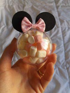 Mais uma festa se aproximando, e mais uma vez estou me vendo louca com os pequenos detalhes. Embora a decoração esteja em ótimas mãos (sim, pela primeira vez teremos um decoradora de verdade cuidando de tudo!), eu ficarei responsável pelos doces, bolo e lembrancinhas… Como já estava programada para fazer mini cones (como os da… Read More Faça você mesmo / DIY: Lembrancinha Minnie Rosa Happy Birthday B, Minnie Mouse First Birthday, Baby First Birthday, Birthday Parties, Toddler Valentine Crafts, Toddler Crafts, Mini Cones, Minnie Mouse Decorations, Mickey Party