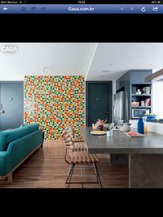Cozinha e sala integradas, ladrilho como detalhe da decor
