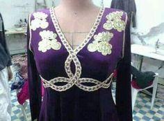 5871QXGqV-fuw6dxQpZ50hg3KXDdeMkd3NixnTBI81-Qfm0smiyMekhzS24xgwsXUPUg5KoPbUy5yZBmPcxMa2hv1OMi4YVdtKuTYw=s800 (480×356) Dress Neck Designs, African Fashion Dresses, Neck Pattern, Traditional Dresses, Women Wear, Womens Fashion, How To Wear, Outfits, Clothes