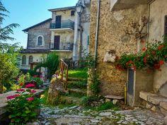 Atmosfera fiabesca nel borgo di Corcumello, vero? Il piccolo borgo, molto caratteristico ed assai antico, è una frazione di Capistrello (Aq). Foto di @David Di Marco