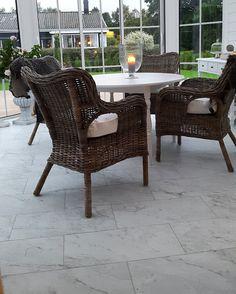 Uterum med Coem B.carrara marmor matt 300×600. Helt rätt val av klinkers !